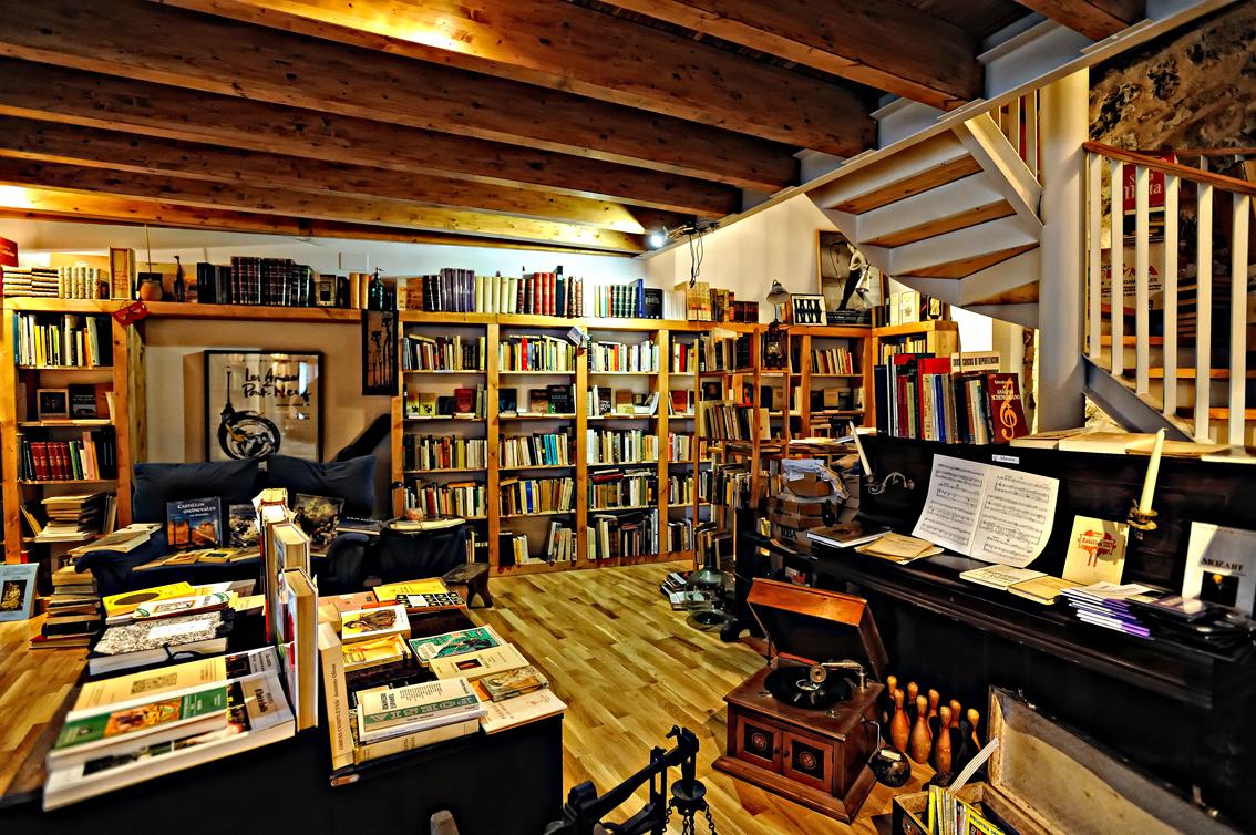 Librer as la taberna del librero villa del libro de urue a - Librerias de pared ...